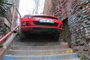 Otomobille merdivenlerden inmeye çalışınca asılı kaldı
