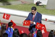 Madurodan dikkat çeken hareket Türk bayrağını yerde görünce...