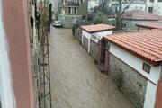 Şiddetli yağış Ayvalık'ta cadde ve sokakları göle çevirdi