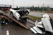 Direğe çarpan otomobil iki parçaya ayrıldı
