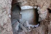 Definecilerin greyder ile ikiye böldüğü tepeden anıt mezar çıktı