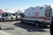 Polisleri taşıyan midibüs kaza yaptı