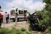 Sis lambası direğine çarpan minibüs devrildi: 1 ölü, 3 yaralı