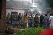 Pakistanda askeri uçak evlerin üzerine düştü