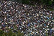 Hong Kong'da insan seli: Binlerce kişi sokaklarda