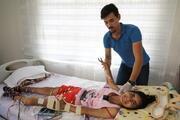 Morg kapısında hayata dönen kızı için yardım istiyor