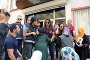 Diyarbakır'daki eylemde hareketli anlar İki anne HDP binasına girmek istedi…