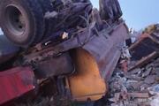 Arnavutköyde hafriyat kamyonu İETT otobüsüne çarparak şarampole yuvarlandı