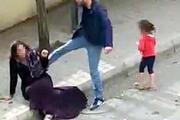 Kadını sokak ortasında tekme- tokat dövdü
