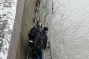 Asi Nehrine atlayan kadını itfaiyeciler kurtardı