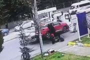 Yaşlı kadının çekicinin kaldırdığı araçtan düşme anı kamerada