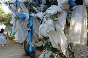 Zeus Altarında dilek ağaçları tıbbi maskelerle doldu