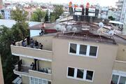 Yürekler ağza geldi... 4 katlı binanın çatısında sızdı