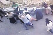 Genç kadının komşuları tarafından darp edilmesi kamerada