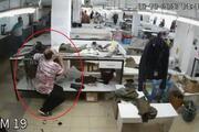 Depreme tekstil atölyesinde yakalanan çalışanların kaçtığı ve eşyaların sallandığı anlar