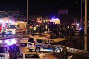 Freni patlayan kamyon 2 otomobilin üzerine devrildi: 1 ölü, 4 yaralı
