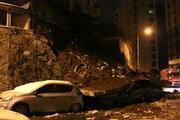Kağıthane'de hareketli anlar İstinat duvarı 4 aracın üzerine çöktü