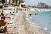 Dünyaca ünlü Konyaaltı Sahili, turistlere kaldı