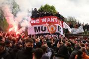 Manchester United taraftarları, Old Trafford Stadına girerek sahayı işgal etti