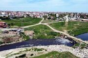 Ergene Nehrinin önemli kollarından Çorlu Deresi simsiyah akıyor