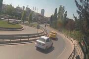 Bağcılarda otomobil bariyerlere çarptı: İki kişi yaralandı