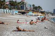 Antalyada turistler sahili doldurdu