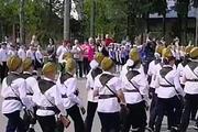 Rusyada ilginç geçit töreni: Çocuklar asker gibi yürütüldü