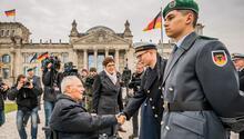 Alman askeri parlamento önünde yemin etti