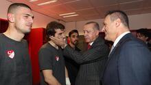 Cumhurbaşkanı Erdoğan soyunma odasında millileri tebrik etti