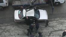Aracın üzerine çıkıp engel olmak istedi