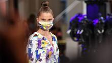Maskeli, mesafeli Berlin Moda Haftası