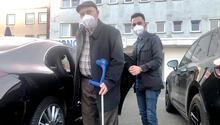 Yaşlıları aşı merkezine DİTİB gönüllüleri taşıyor