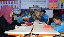 Sınıfta velileriyle kitap okuyorlar