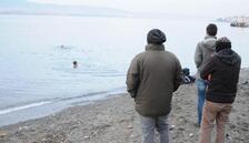 Aralık ayında denize girdiler, görenler şaşırdı