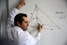 Geometri dersini öğrencilerine şarkılı türkülü sevdirmeye çalışan Nurtaç Öğretmen!