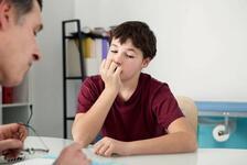 Baskı gören çocuk tırnak yiyor