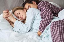 Çiftler Buna Bayılıyor: Kaşık Pozisyonunda Sarılmanın İlginç Etkileri