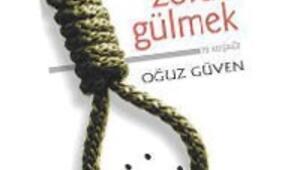Ahmet Ümit ve Oğuz Güven kitaplarını imzalıyor