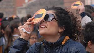 İzmir'de güneş tutulması, kısa süreli izlenebildi