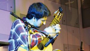 'Mikrotonal gitar'ıyla ABD'de birinci oldu