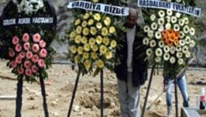 Tutuklu binbaşı özel izinle cenazeye katıldı