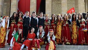 Türk gençliği Anıtkabirde