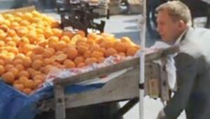 Eminönü pazarında James Bond şıklığı