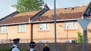 Yardım kesilince çatıya çıktı