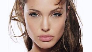 Angelina Jolie henüz 18 yaşındayken