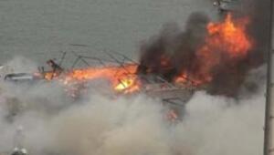 Limandaki 15 tekne alev alev yandı