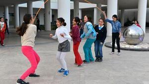 Belediyenin bahçesinde öğrenciler ip atlıyor