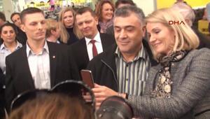 Danimarka Başbakanı, öğrenciyken çalıştığı süpermarkette Türklerle selfie çektirdi