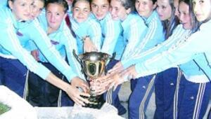 Dünya şampiyonu kızlara ödül
