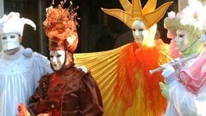 Venedik maskesini taktı